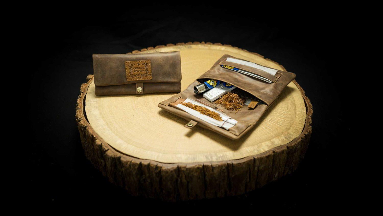 EN: P05RO - Joint Rolling Pouch "Buckaroo" DE: P05RO - Joint Tasche "Buckaroo" EAN/GTIN: 4260419120980
