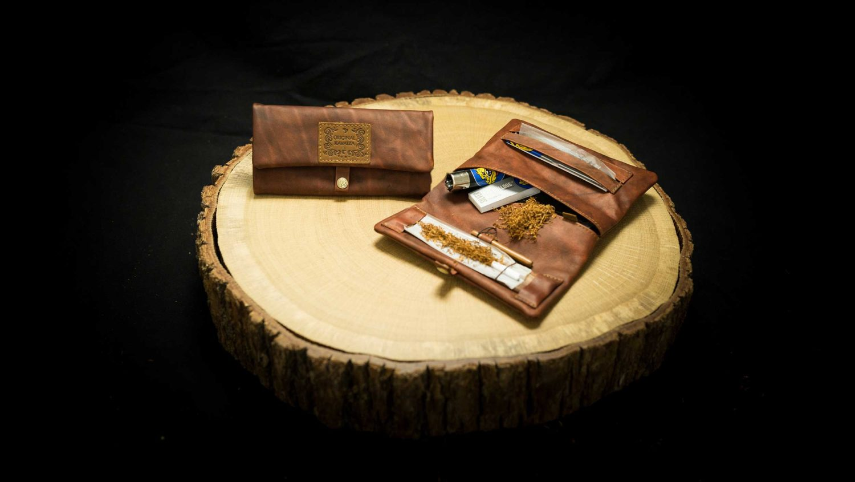 EN: P17RO - Joint Rolling Pouch "Havana" DE: P17RO - Joint Tasche "Havana" EAN/GTIN: 4260419120997